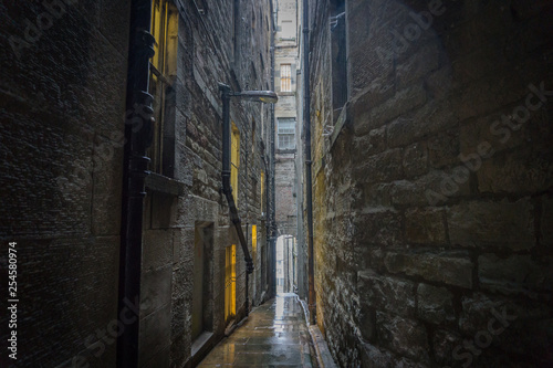 Fotografiet Edinburgh medieval narrow streets