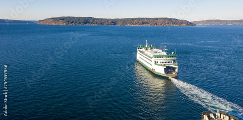 Fotografía Aerial View Ferry Crossing Puget Sound Headed For Vashon Island
