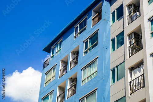 Foto  Modern condominium flat 8 floor building with blue sky cloud