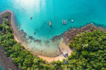 Zadziwiająca wyspa z piasek plaży zieleni drzewnym lasowym widok z lotu ptaka