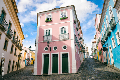 Stampa su Tela  Scenic daytime view of narrow cobblestone streets lined with colorful colonial a