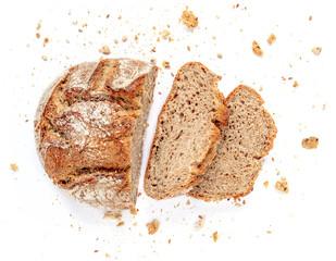 Narezani kruh izoliran na bijeloj pozadini. Mrvice i svježe kriške kruha zatvaraju. Pekara, koncept hrane. Pogled s visoka