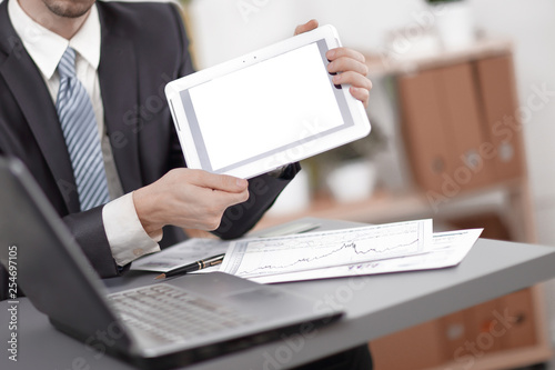 Fotografía  close up.businessman showing tablet with blank screen