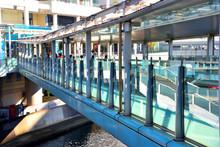 横浜駅とベイクオーターを結ぶ歩道橋