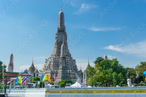 Foto  wat arun temple view from river in Bangkok, Thailand