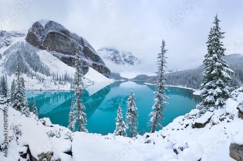 pierwszy-snieg-rano-nad-jeziorem-moraine-w-parku-narodowym-banff-alberta-kanada-osniezone-zimowe-gorskie-jezioro-w-zimowej-atmosferze-piekne-tlo