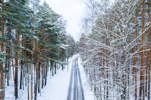 Widok z lotu ptaka zimy droga przez lasu