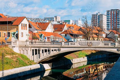 Stickers pour porte Pierre, Sable Dragon statue bridge over Ljubljanica River and cityscape of Ljubljana