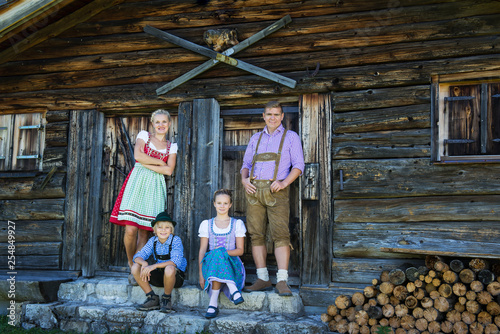 Stampa su Tela Young Bavarian family in a beautiful mountain landscape