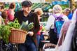 canvas print picture - Mann Fahrrad Einkauf Markt Mütze Gemüse