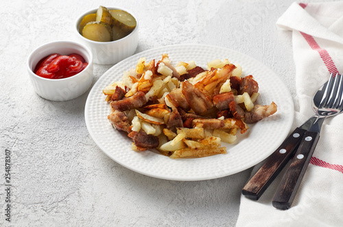 Fotografía  Crispy pan fried potatoes with pork, pickles and tomato ketchup sauce