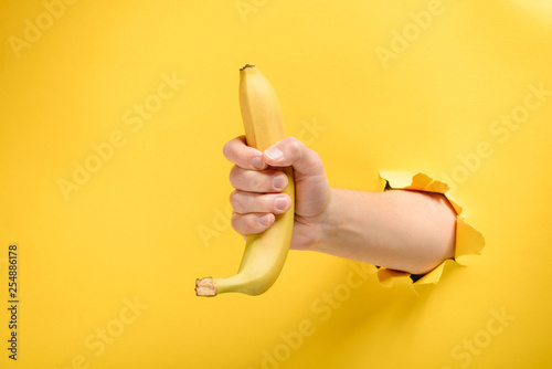 Foto Hand giving a ripe banana