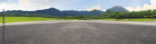 Foto Empty asphalt road and mountain nature landscape