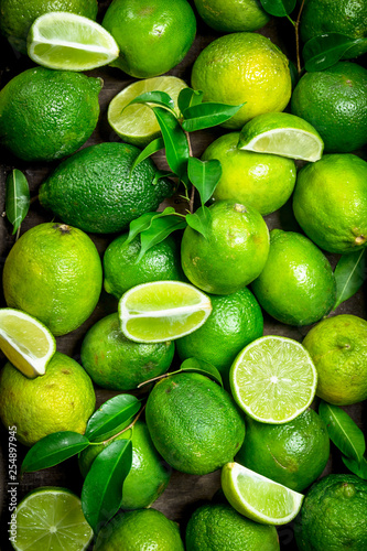 Valokuvatapetti Fresh ripe lime with leaves.
