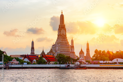 "Foto  Famous Wat Arun or ""Temple of Dawn""."