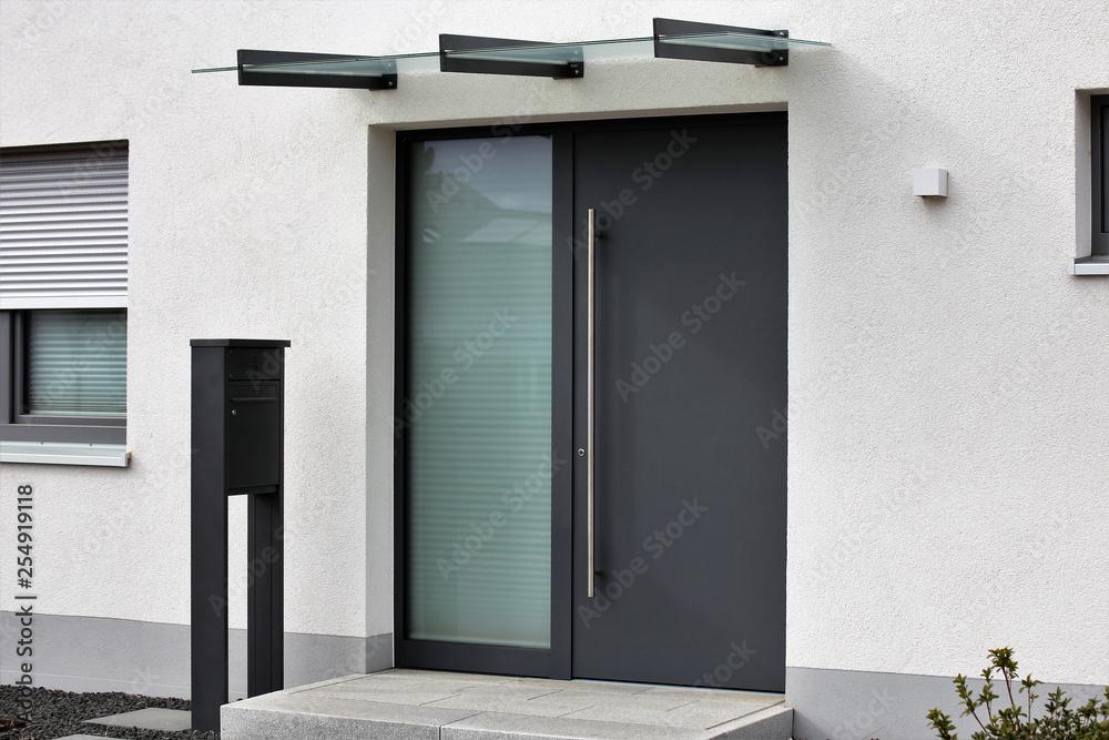 Fototapeta Moderne neue, anthrazitfarbenene Haustür