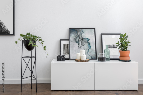 White sideboard and flower stand Tablou Canvas