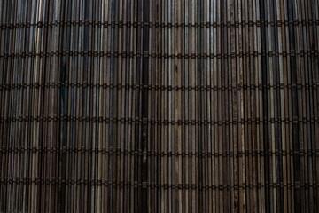 Mata na miejsce wykonana z małych patyczków bambusowych splata się i wiąże liną