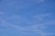 Blauer Himmel in verschiedenen Farben mit weißen schweifenden Wolken