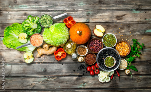 La pose en embrasure Cuisine Healthy food. Healthy assortment of vegetables and fruits with legumes.