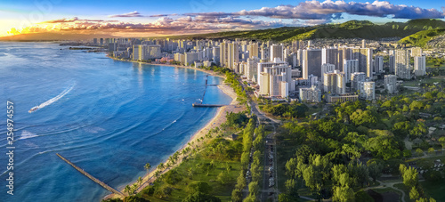 Poster Landscapes Honolulu skyline with ocean front