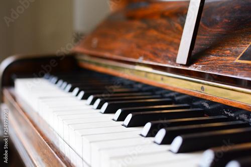 Klawiatura fortepianowa klasycznego drewnianego fortepianu