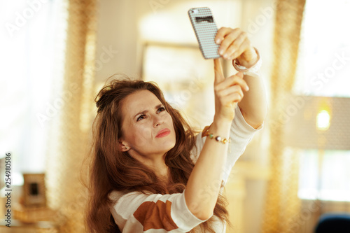 Fotografía  unhappy housewife having wifi low signal issue on smartphone