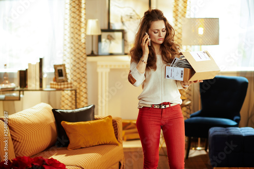 Fotomural woman and trying to return problematic or unsuitable smart home
