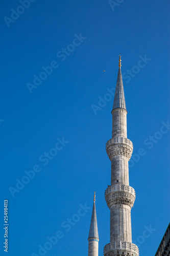 Fotografia  Minarets and bue sky, close up. Blue mosque, Istanbul, Turkey.