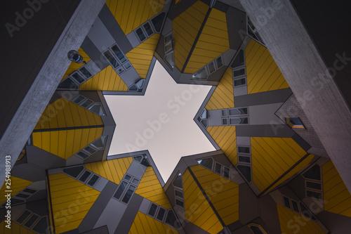 Montage in der Fensternische Rotterdam Cube Houses, Rotterdam