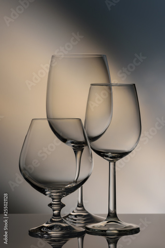 Fotografía  Glasses of different heights on a colored background.