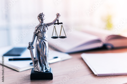 Fotomural Lady Justice statue in law firm office