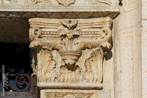 """Foto  capitello con delfini; portale rinascimentale della chiesa di """"San Cristo"""" a Bre"""
