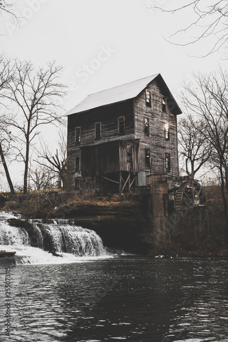 Photo  gristmill with waterfall