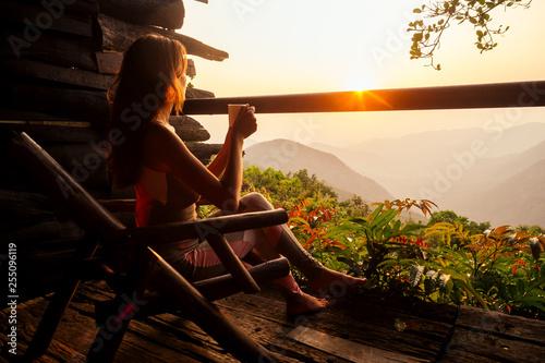 Fotografía  Beautiful woman in black underwear swimsuit enjoying the view from the balcony o