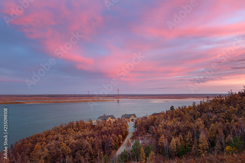 Foto  Natural dramatic pink heaven and magic reflection on the Lena river