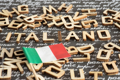 Flagge von Italien und das Wort Italienisch Fototapete
