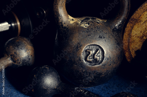 Photo Old and heavy kettlebell weight in dark room.