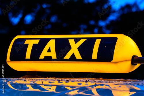 Fotografía  Taxischild beleuchtet