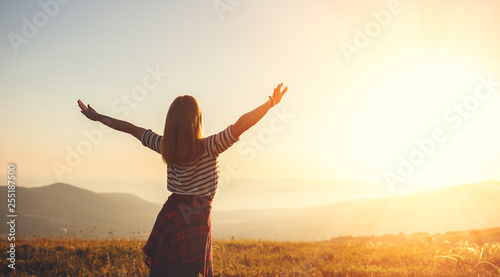 Photo  Happy woman jumping and enjoying life  at sunset in mountains