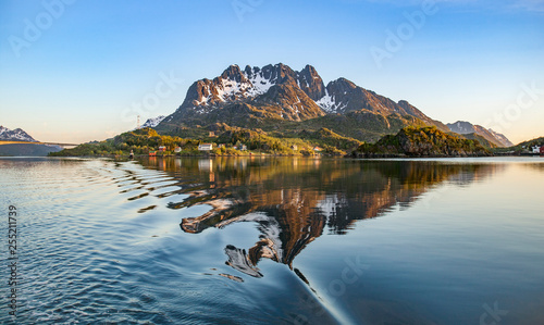 In de dag Noord Europa fairway of Raftsund in midnight sun, Lofoten Islands, norhern Norway, Scandinavia
