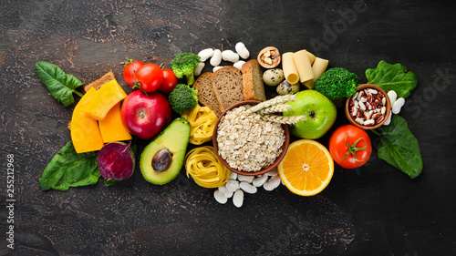 Fotografía  Foods with natural carbohydrates: bread, pasta, avocado, flour, pumpkin, broccoli, beans, spinach