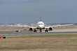 Zweistrahliger Jet rollt zur Startbahn West am Frankfurter Flughafen - Stockfoto