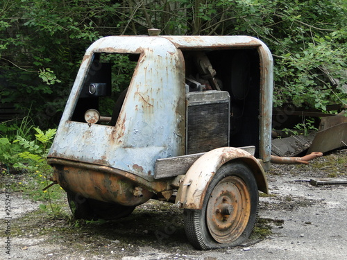 Fototapety, obrazy: Abandond generator trailer