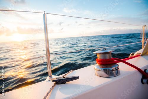 Fotomural  White yacht sailing at sunset