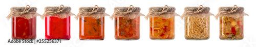 Fotografia jars of pickled vegetables