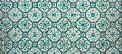 Foto  Ornate brightly colored portugese tile texture in green and white
