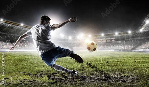 Piłkarz na stadionie. Różne środki przekazu