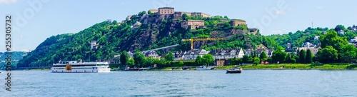 Fotografie, Obraz Panorama Schiffe auf Rhein vor Festung Ehrenbreitstein Koblenz