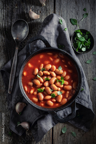 Fototapeta Spicy baked beans with garlic and fresh tomatoes obraz